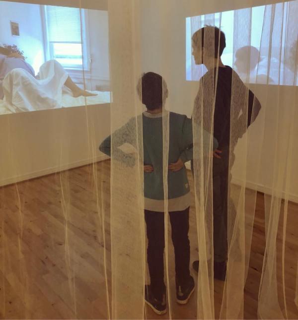 """Mattis og jeg ser på Ane Lans """"Birth / Fødsel""""."""